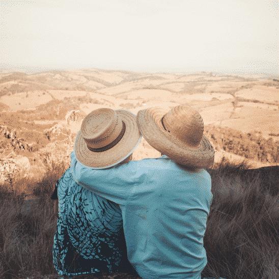 couple chapeaux de paille