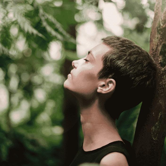 image femme et arbre